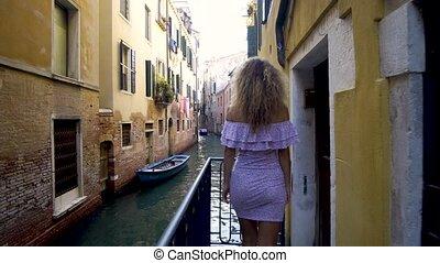 서 있는, 다리, 여자, venice., 베니스, vacation., 위의, italy., 유럽, 좋은 옷을...