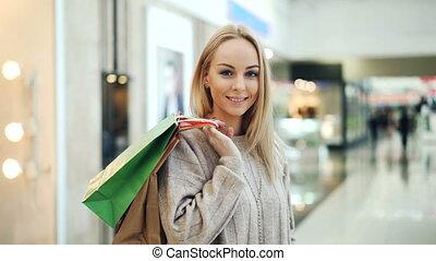 서 있는, 복합어를 이루어 ...으로 보이는 사람, bags., 아름답다, 쇼핑, 카메라, concept...