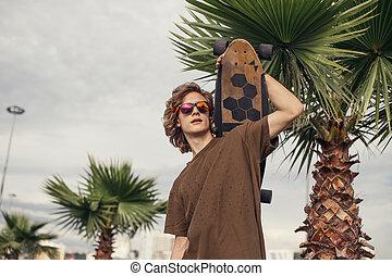 서 있는 사람, 와, 스케이트보드, 통하고 있는, 그의 것, 어깨, 와..., 복합어를 이루어 ...으로 보이는 사람, 곁에