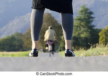 서 있는 여성, 통하고 있는, a, 길, 와..., 사이의, 그녀, 다리, a, 자전거