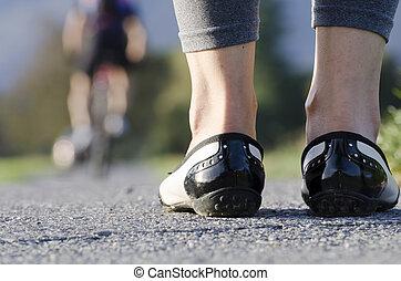 서 있는 여성, 통하고 있는, a, 길, 와..., a, 자전거