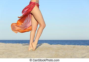 서 있는, 여자, 다리, 자세를 취함, 바닷가에, 입는 것, a, pareo