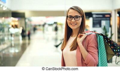 서 있는, 은 자루에 넣는다, 쇼핑하고 있는 여성, 최신 유행의, 입는 것, mall., 젊음 봄, 의복, ...