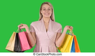 서 있는, 은 자루에 넣는다, 쇼핑, 전시, chroma, 나이 적은 편의, 스크린, 복합어를 이루어 ...으로 보이는 사람, 카메라, 녹색, key., 남자가 멋을 낸, 숙녀, 흥분한다