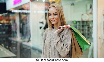 서 있는, bags., 남자가 멋을 낸, 사람, 쇼핑, 카메라, concept., 은 물건을 산다, 복합어를...