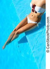 성적 매력이 있는, 긴장을 풀고 있는 여성, 통하고 있는, 여름 휴가