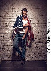 성적 매력이 있는, 남자, 위에 휴식하는, 그만큼, wall., 가지고 있는 것, 미국 기, 통하고 있는, 그의 것, 어깨