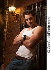 성적 매력이 있는, 남자, 위에 휴식하는, 그만큼, wall., 와, 그의 것, 교차시키게 되는 팔