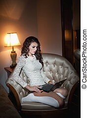 성적 매력이 있는, 여자, 와, 휴대용 퍼스널 컴퓨터, 통하고 있는, 안락 의자