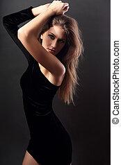 성적 매력이 있는, 제자리표, 숫자, 호리호리한, 모델, 자세를 취함, 에서, 검은 드레스, 통하고 있는, 암흑, 회색, 배경, 와, 무기, 이상, 머리