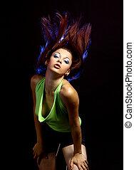 성적 매력이 있는, 춤추고 있는 여성, 어두운 배경