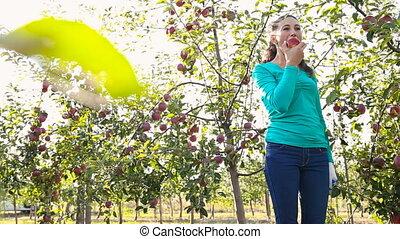 소녀, 사과를 먹는