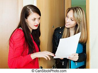소녀, 응하다, 질문, 의, 방문자, 와, 서류, 집의