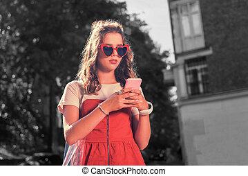 소녀, 입는 것, 빨강, 안경, 와..., 의복, 보유, 그녀, 핑크, smartphone, texting, 남자 친구