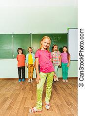 소녀, 정지, 똑바로, 공간으로 가까이, 녹색, 칠판