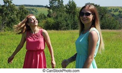 소녀, 회전시킴, 통하고 있는, a, 녹색 잔디, girlfrend, 에서, nature., 고속도 촬영에...