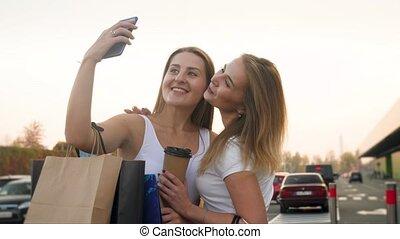 소녀, 2, 쇼핑 센터, 카메라, 행복하다, smartphone, 제작, 4k, 미소, 비디오, 후에, 크게...