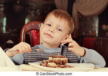 소년, 거의, 먹다, 디저트, 만족하게되는, 케이크