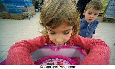소년, 거의, 쇼핑 센터, 위로의, rejoices, 게임, 승리, 손, 소녀, 노는 것, 논리