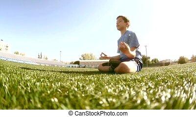 소년, 노는 것, 함, 요가, 운동회, 에서, a, 경기장, a, 건강한, lifestyle., 10대의...