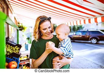 소년, 옥외, 그녀, market., 나이 적은 편의, 어머니, 아기
