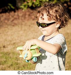 소년, 와, 장난감 비행기, 에서, 손