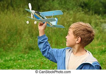 소년, 와, 장난감 비행기, 에서, 손, 옥외