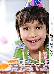 소년, 와, 초, 통하고 있는, 케이크, 생일 축하합니다, 파티