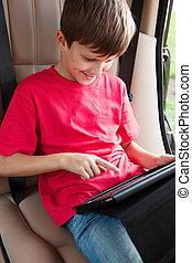 소년, 은 이다, 차에 앉아 있는 것, 와..., 노는 것, 와, ipad., 복합어를 이루어 ...으로 보이는 사람, 이해 관계가 있는, 와..., 미소