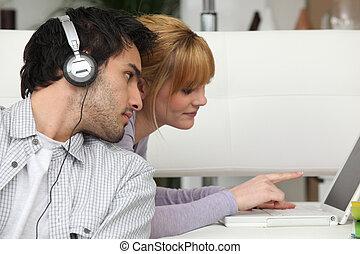 소년, 음악을 듣는 것, 와..., 소녀, 휴대용 개인 컴퓨터를 사용하는 것, 컴퓨터