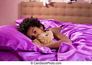 소년, 침대에서, 와, teddybear.