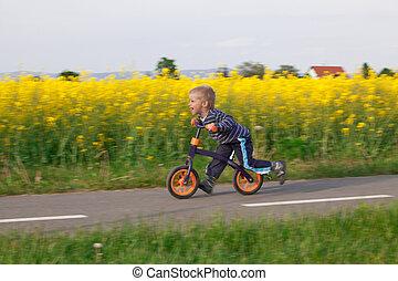 소년, 통하고 있는, a, bicycle.