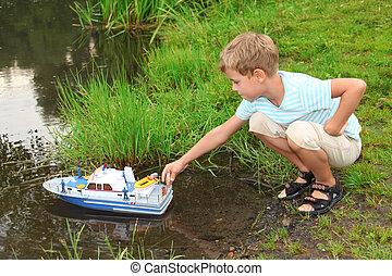 소년, sends, 장난감, 배, 에서, 부동적인