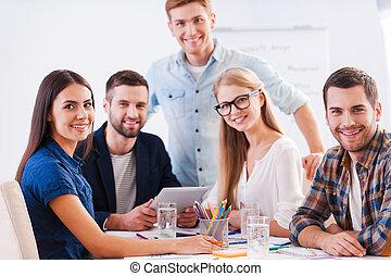 손 가까이에 있는, 에, brainstorm., 그룹, 의, 행복하다, 실업가, 에서, 현명한 임시 노동자, 착용, 함께 앉아 있는 것, 테이블에서, 와..., 사진기를 보는