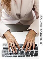손, 타이프라이터로 치기, 통하고 있는, 휴대용 퍼스널 컴퓨터 키보드
