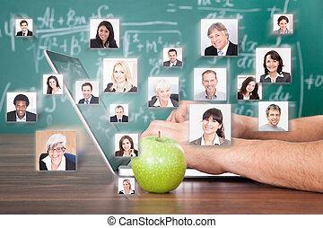 손, 휴대용 개인 컴퓨터를 사용하는 것, 얼마 만큼, 녹색 사과