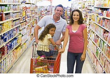 쇼핑하고 있는 식료 잡화, 젊음 가족