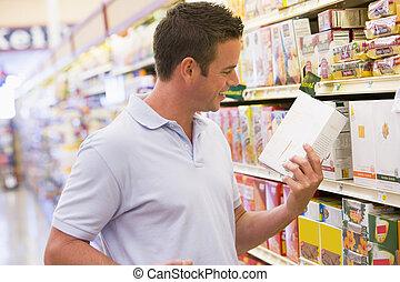 쇼핑하고 있는 식료 잡화, 청년