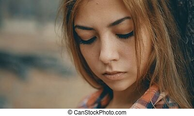 슬픈, 소녀, 공간으로 가까이, a, 나무, 에서, 그만큼, 숲, 초상, 고속도 촬영에 의한 움직임