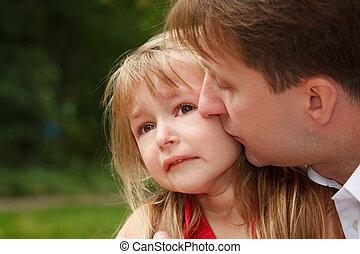 슬픈, 어린 소녀, 은 울n다, 에서, park., 아버지, calms, 그녀, 키스하는 것, 통하고 있는,...