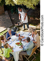 식사를 하고 있는 가구, 정원의