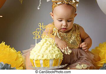 식사를 하고 있는 아기, 그녀, 경축하는, 생일, 케이크, 미소 짓고 있는 소녀, 처음