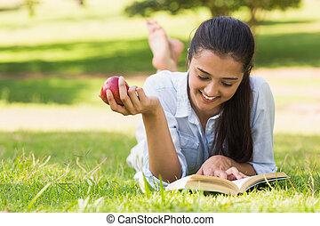 식사를 하고 있는 여성, 애플, 공원, 동안, 책, 독서
