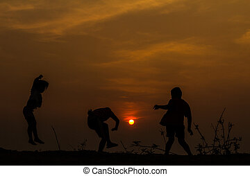 실루엣, 그룹, 의, 행복하다, 아이들 놀, 통하고 있는, 목초지, 일몰, s