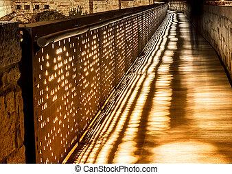 실루엣, 의, a, 걷고 있는 사람, 밤에, 통하고 있는, 그만큼, bridge.