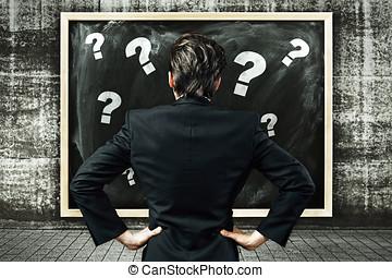실업가, 보는, a, 빌보드, 와, 분필, 그어진, 물음표