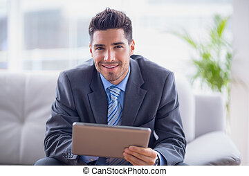 실업가, 소파에 앉아 있는 것, 을 사용하여, 그의 것, 정제, 미소, 카메라에