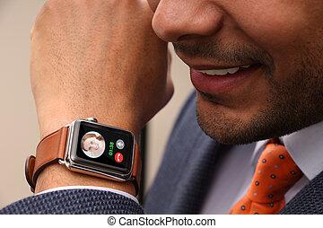 실업가, 요구를 취하는 것, 통하고 있는, 그의 것, smartwatch