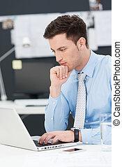 실업가, 을 사용하여, a, 휴대용 퍼스널 컴퓨터, 착석, 생각