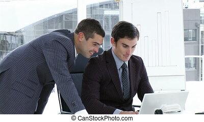 실업가, 일, 와, a, 휴대용 퍼스널 컴퓨터, 에서, 사무실